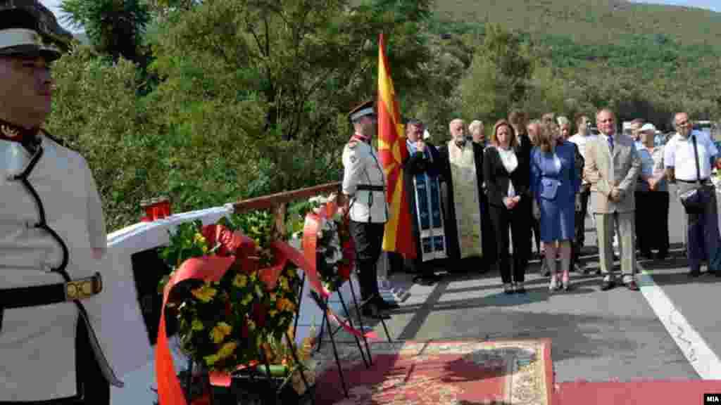 МАКЕДОНИЈА - Откако ќе се разгледа внатрешната состојба во државата и по приемот во НАТО кога ќе има позитивни меѓуетнички односи, бранителите кои пред 18 години загинаа на Карпалак, ќе добијат споменик, изјави националниот координатор за воени и полициски ветерани Стојанче Ангелов, на одбележувањето на 18-годишнината од масакрот во месноста Карпалак на патот Тетово-Скопје.