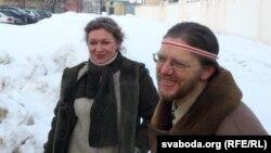 Гэнік Лойка з жонкай Аленай пасьля выхаду з турмы на вул. Акрэсьціна