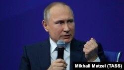 Ресей президенті Владимир Путин сайлауалды науқанға арналған жиында сөйлеп отыр. Мәскеу, 30 қаңтар 2018 жыл.
