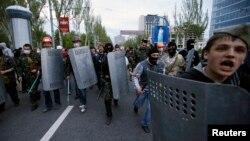 Проросійські активісти озброєні загостреними металевими прутами напали на проукраїнський мітинг у Донецьку, 28 квітня 2014 року