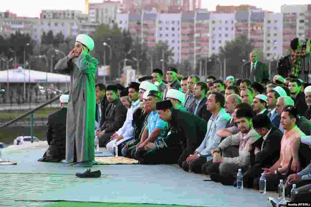 Кол-Шәриф мәчете имамы Илфар Хәсәнов азан әйтә