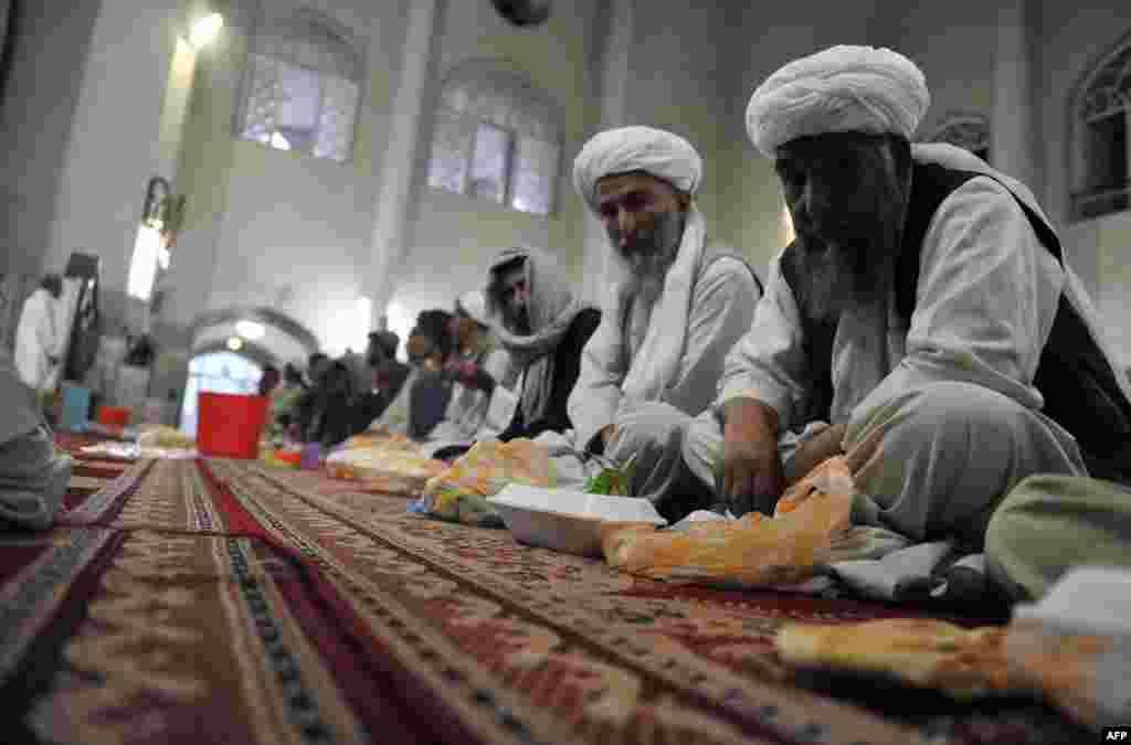 Əfqanıstan. Məsciddə iftar.