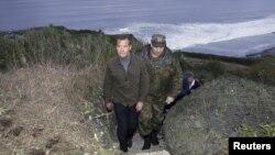 Premierul rus Dmitri Medvedev în vizită pe insula Iturup, imagine de arhivă.