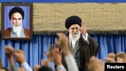ИРанның рухани көсемі аятолла Әли Хаменеи мұсылман елдерінің елшілерімен кездесуде. Тегеран, 25 сәуір 2017 жыл.