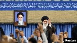 Верховный лидер Ирана аятолла Али Хаменеи во время встречи с послами мусульманских стран в Тегеране, 25 апреля 2017 года.