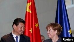 Архивска фотографија: Кинескиот претседател Кси Џинпинг и германската канцеларка Ангела Меркел.