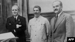 Слева направо: Иоахим фон Риббентроп — министр иностранных дел Германии, Иосиф Сталин — глава советского государства, Вячеслав Молотов, министр иностранных дел СССР, после подписания пакта о ненападении. Москва, 23 августа 1939 года.