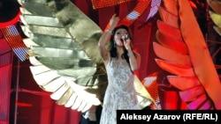 Дариға Назарбаева ретрофестивальде ән айтып тұр. Алматы, 8 қыркүйек 2012 жыл.