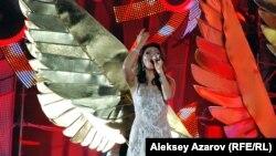 Дарига Назарбаева поет на ретрофестивале «Алма-Ата — моя первая любовь». Алматы, 8 сентября 2012 года.