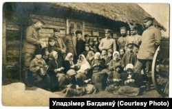 Дзеці абіраюць бульбу для нямецкай палявой кухні, 1917 год