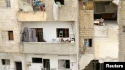 Copii la balconul unei clădiri în Siria
