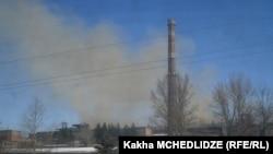 По городу прошел слух: по неясным причинам на заводе происходят залповые выбросы дыма – так называется извержение в атмосферу большого количества пара, не прошедшего газоочистительных фильтров, с вредными веществами