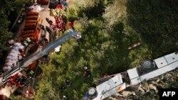 Ekipet e shpëtimit i përgatisin arkiovolet për personat e vrarë nga përplasja e autoobusit në Itali
