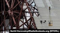Люди працюють на покрівлі конфайнмента. 22 квітня 2015 року