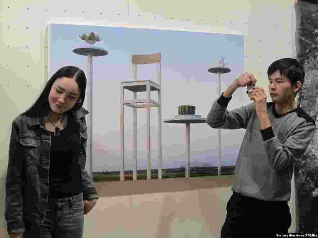 """Асхат Ахмедияровтың """"Нафталин"""" көрмесі Has Sanat артгалереясында наурыздың 4-іне дейін болады."""