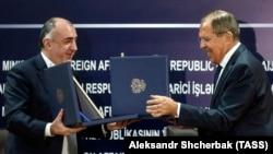 Министр иностранных дел России Сергей Лавров (справа) на встрече с азербайджанским коллегой Эльмаром Мамедъяровым. Баку, 20 ноября 2017 года.
