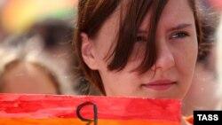 Шеруге шыққан гей-белсенді. Мәскеу, 12 маусым 2013 жыл. (Көрнекі сурет)