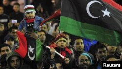 Люди празднуют годовщину революции, в результате которой свергнут режим Муаммара Каддафи. Бенгази, 17 февраля 2012 года. Иллюстративное фото.