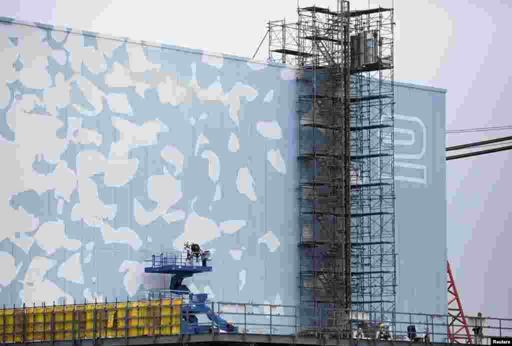 Шесть лет назад в Японии произошло сильнейшее землетрясение, которое вызвало цунами и разрушение атомной электростанции Фукусима-1 На фото – работники Токийской электрической компании ремонтируют второй энергоблок станции, на котором случилась авария