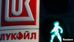 "Логотип ""Лукойла"" на фоне светофора в Санкт-Петербурге. Иллюстративное фото."