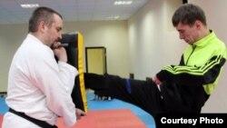 Владимир Безе (справа) во время тренировки с тренером Александром Шокуровым (слева).