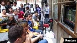 Hosni Mubäregiň işi boýunça sud diňlenişigi telewideniýe arkaly göni efirde görkezildi. Kair, 2-nji iýun, 2012.