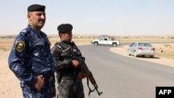 قوات عراقية في البوكمال تحرس نقطة حدودية بين العراق وسوريا