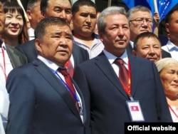 Основатель партии «Эмгек» - предприниматель Аскар Салымбеков (слева) и лидер партии «Бутун Кыргызстан» Адахан Мадумаров (справа). Парламентские выборы 2015 г.