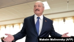 Аляксандар Лукашэнка на выбарчым участку 11 кастрычніка 2015 году