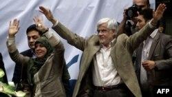 Могаммад Реза Ареф і його дружина вітають прихильників, Тегеран, 10 червня 2013 року