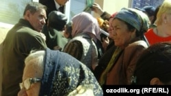 Пенсионеры Гулистана стоят в очереди за пенсией, 6 апреля 2017 года.