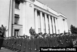 Украинские милиционеры у здания парламента.