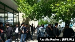 Группа протестующих в Худате, 9 мая 2013