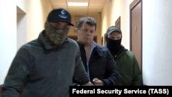 Роман Сущенко во время задержания сотрудниками ФСБ РФ, 2016 год