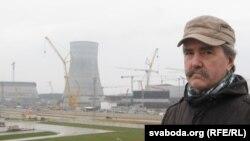 Сяргей Астраўцоў на фоне будоўлі АЭС