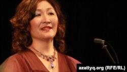 Әнші Сәуле Жанпейісова Үкілі Ыбырай әнін айтып тұр. Алматы, 3 маусым 2012 жыл