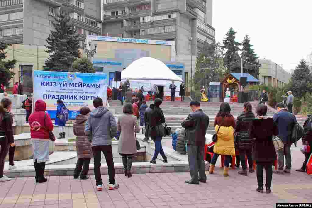 Торжественное открытие «Праздника юрты» передвинули во времени на два часа вперед по просьбе музыкантов, так как с утра руки мерзли на улице.