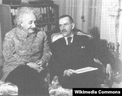 Yazıçı Thomas Mann fizik Albert Einsteinlə birgə, 1932-ci il.