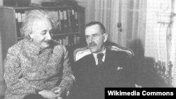 Алберт Эйнштейн немис ëзувчиси Томас Манн билаб. 1938 йил.