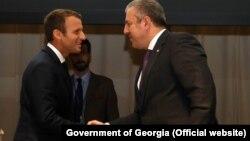 Президент Франции Эммануэль Макрон передал премьер-министру Грузии Георгию Квирикашвили председательство в организации