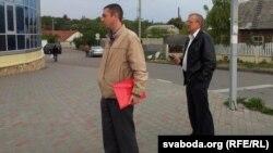 Два мужчыны, што прадставіліся сябрамі выбарчай камісіі, перашкаджаюць пікету Караткевіч