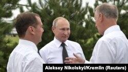Глава правительства РФ Дмитрий Медведев, президент РФ Владимир Путин и секретарь Совета безопасности Николай Патрушев (слева направо)