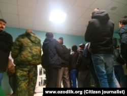 """Узбекские граждане стоят в очереди на пограничном пункте """"Погар"""" в России."""