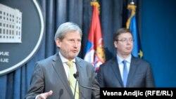 Johannes Hahn (majtas) dhe Aleksandar Vuçiq gjatë konferencës së sotme për shtyp në Beograd