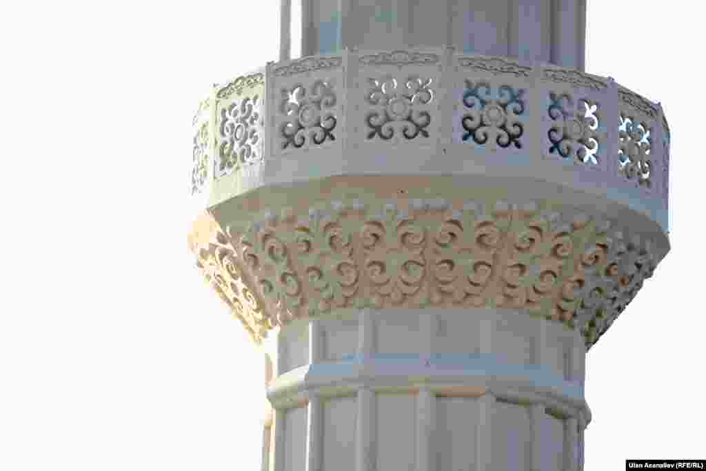 Мечиттин архитектуралык түзүлүшү Түркиядагы мечиттерге түспөлдөш болуп, мунаралары кыргыз оймолору менен кооздолгон.