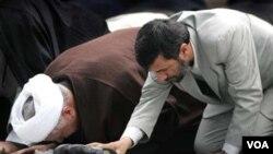 Хашеми Рафсанджани (сол жақта) мен Иран президенті Махмуд Ахмединежад намаз оқу кезінде.