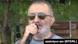 Ալեք Ենիգոմշյանը ելույթ է ունենում Խորենացի փողոցում հանրահավաքի ժամանակ, Երևան, 25-ը հուլիսի, 2016թ․