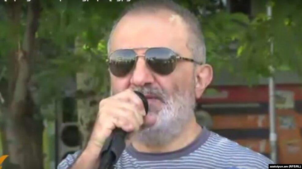 Ալեք Ենիգոմշյանին տրամադրվել է իր ձեռքի ձայնային ժամացույցը, խցում տեղադրվել է սեղան, ռադիոընդունիչ