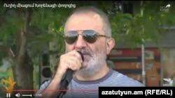 Член «Учредительного парламента» Алек Енигомшян в ходе пресс-конференции на улице Хоренаци. 25 июля 2016 г.