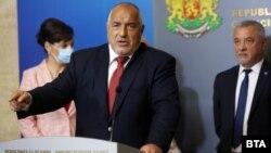 След срещата на управляващата коалиция премиерът Бойко Борисов определи варианта за служебен кабинет и предсрочни избори като абсурд. Ремонтът на кабинета се отлага.